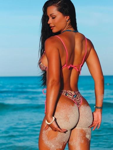 Fernanda D´Avila exibe corpão em Arraial do Cabo
