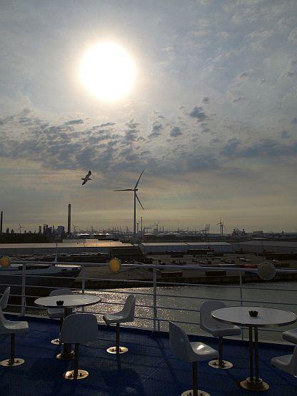 Sommerliche Abendsonne: Pride of Rotterdam im Europoort, Niederlande