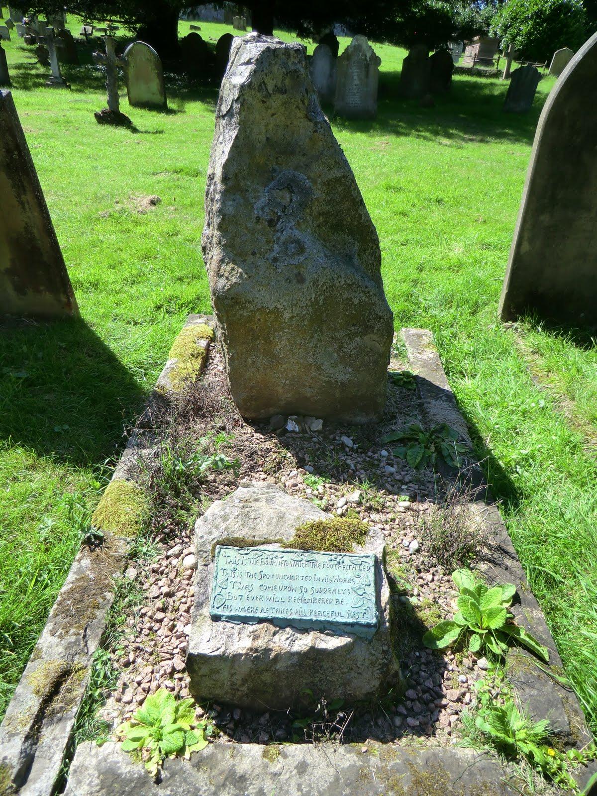 CIMG3136 Sarsen stone memorial, St Nicholas' churchyard