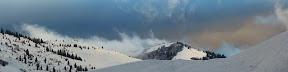 UN VOLCAN DANS LES SAVOIES  Ciel de traine aux abords du Col des Aravis. Un régal !