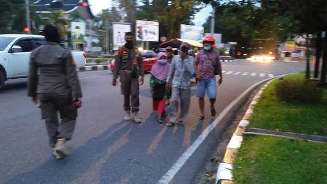 Satpol PP Kota Padang Amankan Pengemis dan Pengamen di Perempatan Lampu Merah.