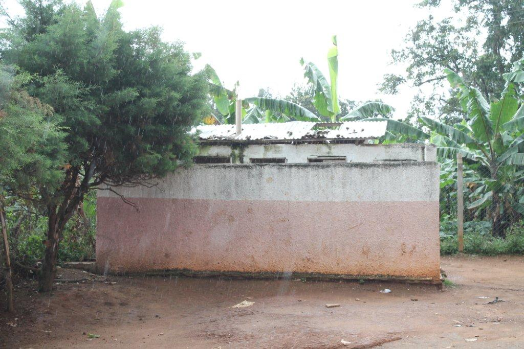 Bezoek nov./dec. 2011 - Bouw Toilet - Toiletgebouw%2Bmeisjes.jpg