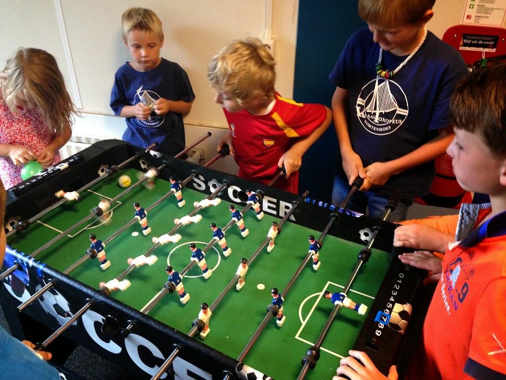 Om alvast in de sfeer van de wedstrijd NED-COS te komen; potje tafelvoetballen!