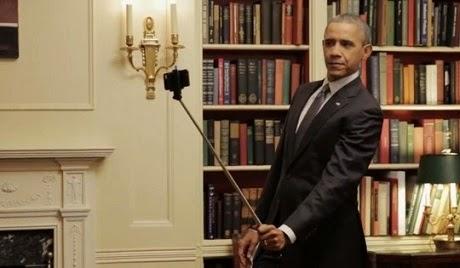 Ông Obam cầm gậy chụp ảnh tự sướng. (Ảnh: