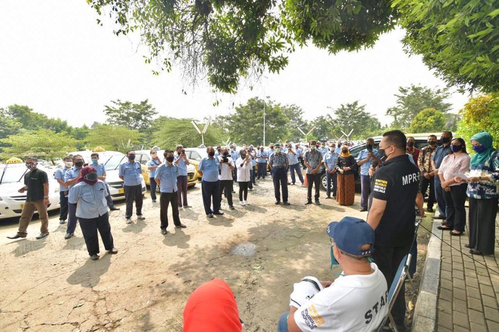 Bamsoet Kembali Serahkan Bantuan ke Supir Taksi Express