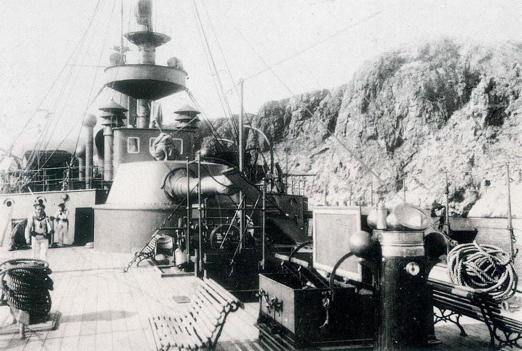 Toldilla del crucero CATALUÑA. Se aprecia la pieza de 240 mm. Foto del libro BUQUES DE LA ARMADA ESPAÑOLA A TRAVES DE LA FOTOGRAFIA. (1849-1900).jpg