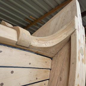De houten slijtlatten onder de Slemphouten en tegen de Steven worden de 'Schenen' genoemd, hier schavielt de ankertros of ketting langs.