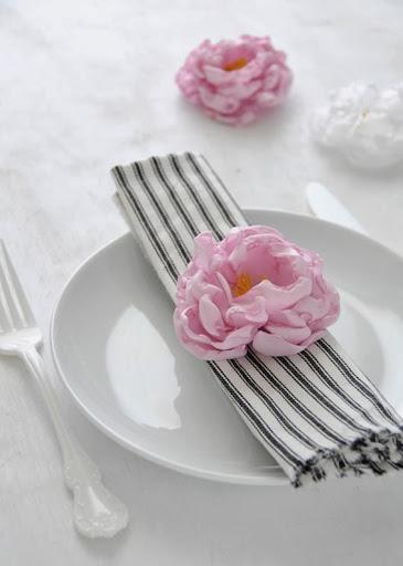 Porta guardanapos com flor de tecido