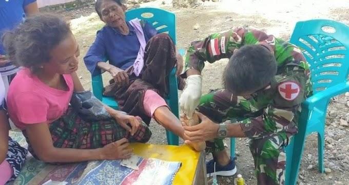 Alami Luka Infeksi Bekas Tusukan Kayu, Warga Diobati Satgas Yonif RK 744/SYB.