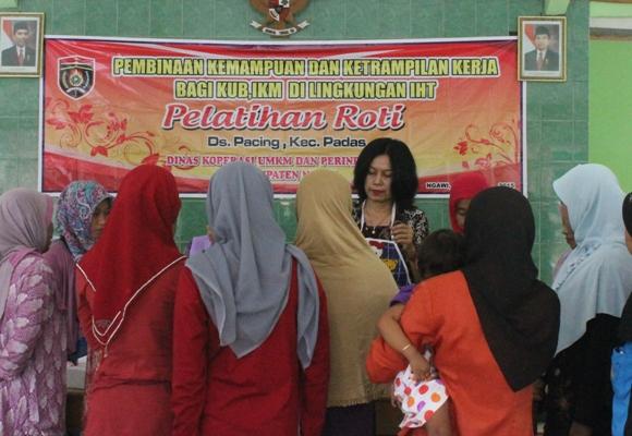Masyarakat Lingkungan IHT Kabupaten Ngawi Dibekali Ketrampilan Produksi Dengan Bahan Baku Lokal