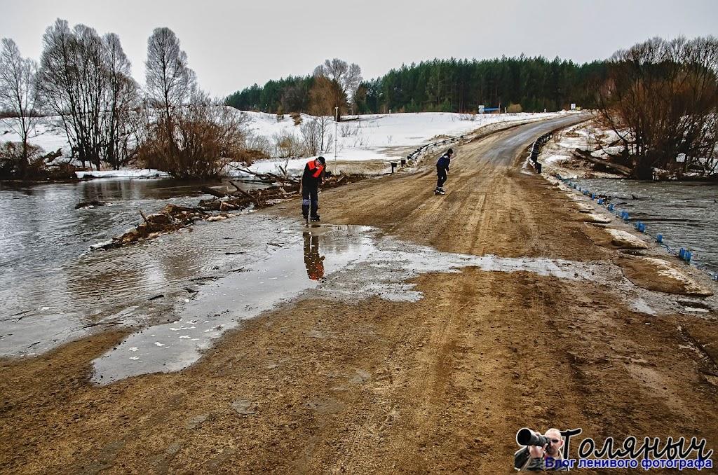 А вот и исторический момент: тоненький ручеек воды пересек-таки мост в Мишнево. На часах - 15.00, суббота