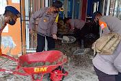Pasca Banjir Masamba Brimob Polda Sulsel Lakukan Pembersihan Dirumah Warga
