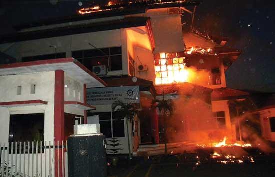 Kantor PLN Terbakar, Akibat Arus Pendek