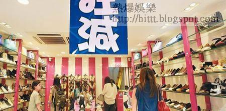 旺角行人專區附近的鞋店近日生意因遊客減少而下降,需以「狂減」作招徠。(黃永俊攝)