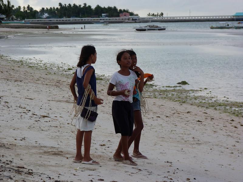 Bantayan, les jeunes vendeuses de colliers