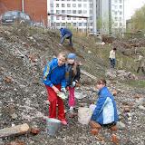 Алефтина и Надежда( 7В, 9 лицей) и Таисья(Гайдара 5) чистят склон от камней и из этих камней строят дорожку