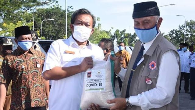 Lagi, Wali Kota Mahyeldi Serahkan Bantuan Sosial Dampak Covid-19 Bagi 14.032 KK.