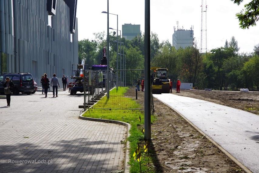 Droga dla rowerów szerokości 2,5 metra oddzielona trawnikiem od reszty jezdni