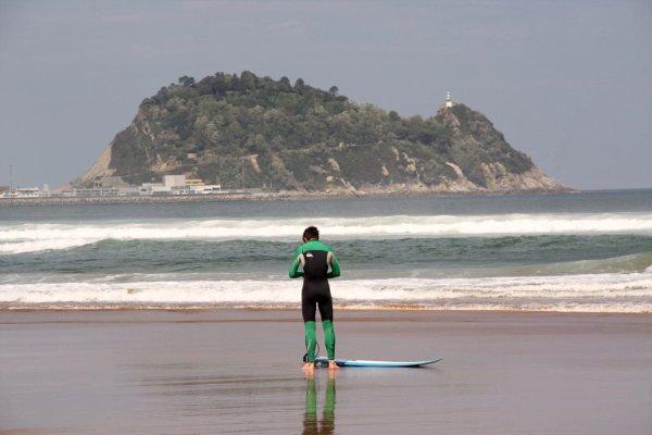 Olas de surf y txakoli