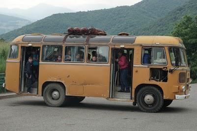 Alter russischer Buss mit Gasflaschen auf dem Dach