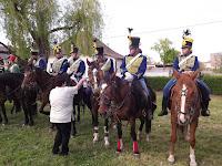 05.A kultúrház alkalmazottja,Szász Mária egy kis frissítővel kínálta a lovasokat.jpg