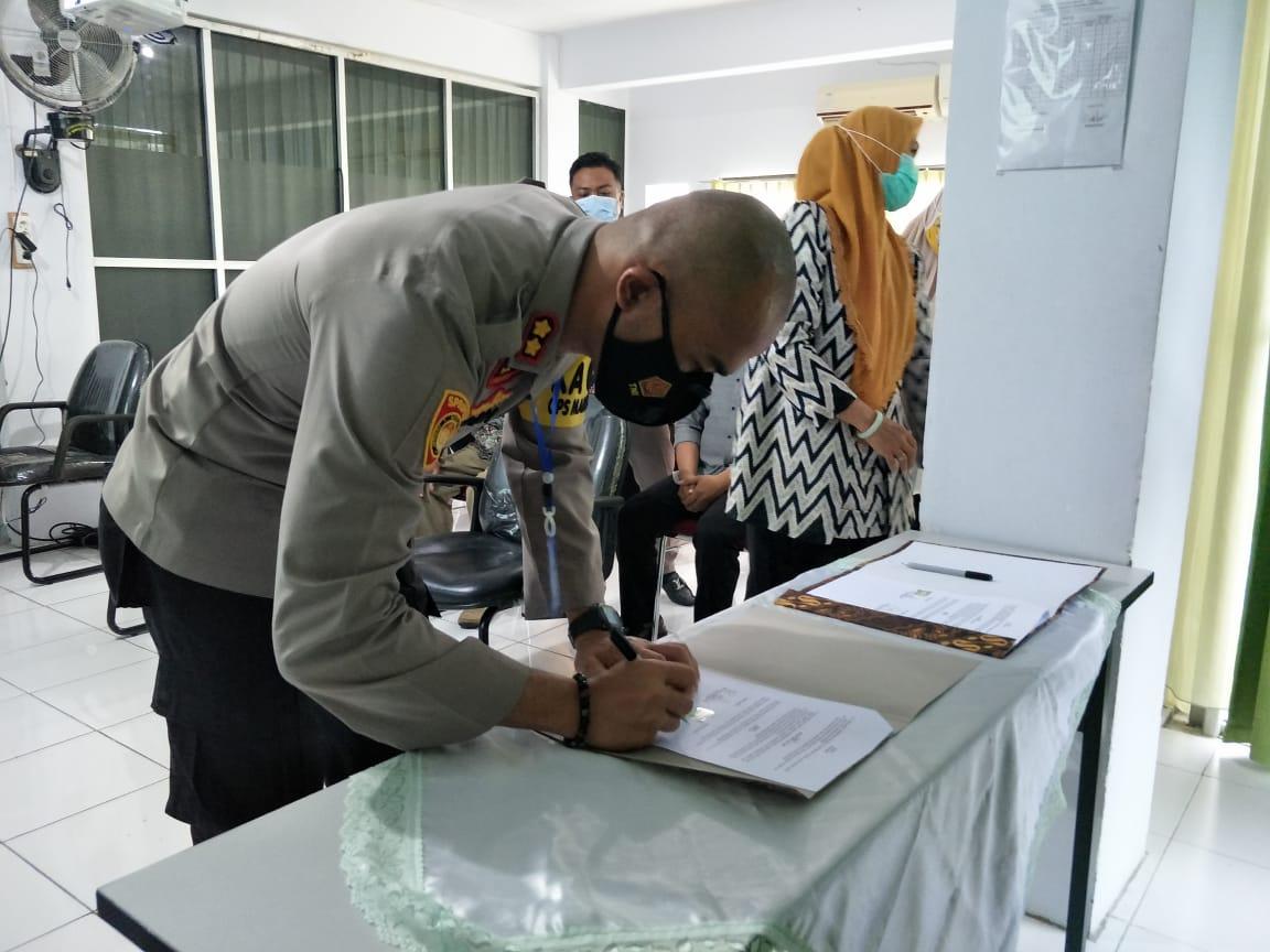 Kapolres Soppeng Serahkan Cendramata dan Tanda Tangan MoU Dengan STIE Lamappoleonro Soppeng