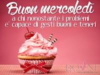 buon mercoledi immagine con frase aforismo a chi e capace di gesti buoni e teneri muffin cupcake rosa (1).jpg