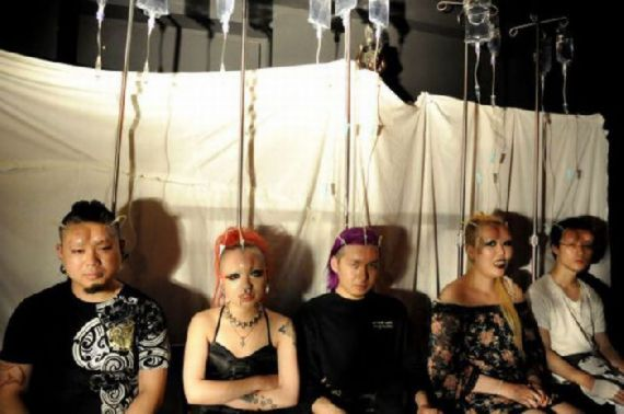 teens in japan02 Νέα φρικιαστική μόδα: Φουσκώνουν τα κεφάλια τους με σιλικόνη