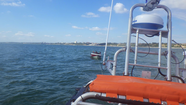 The ILB tows a broken down speedboat off Southbourne during the air show - 31 August 2014.  Photo credit: Poole RNLI
