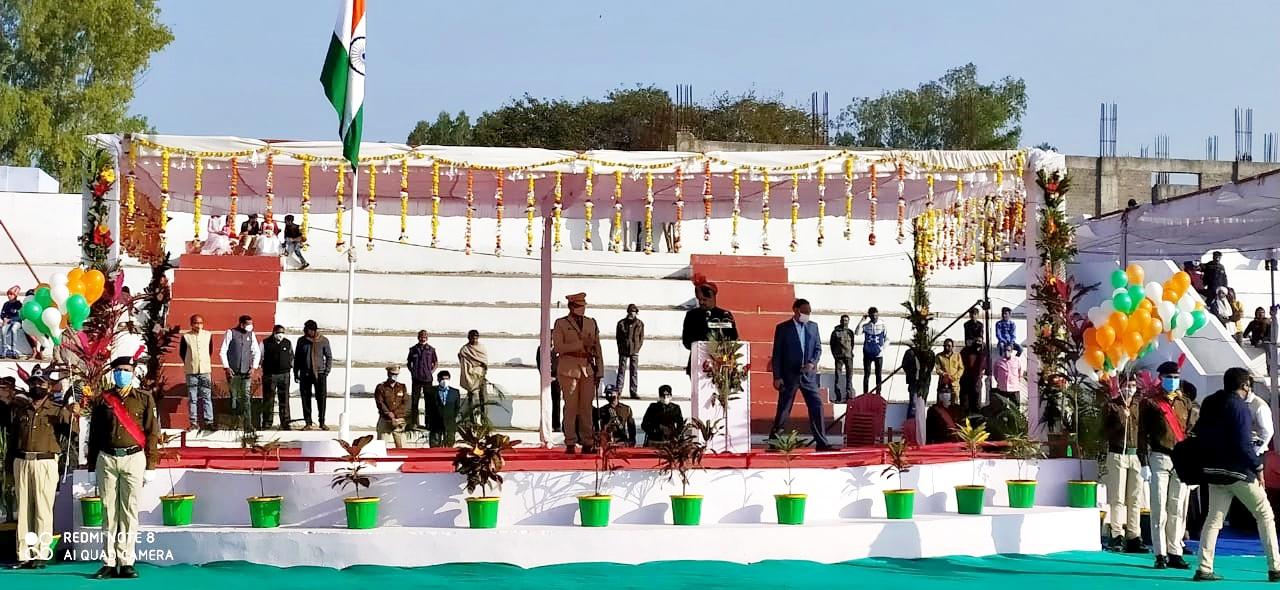 Jhabua News- 72 वे गणतंत्र दिवस पर कलेक्टर रोहित सिंह ने किया ध्वजारोहण