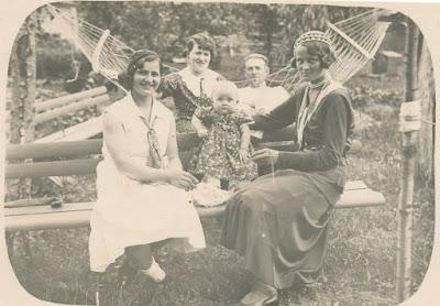 Сзади стоит Мария Васильевна Громова со своим мужем, на скамейке Логузова Александра, Любовь Полякова и её мама Ольга.прим. 1934- 1935 год(из личного архива Поляковой Л.В.)