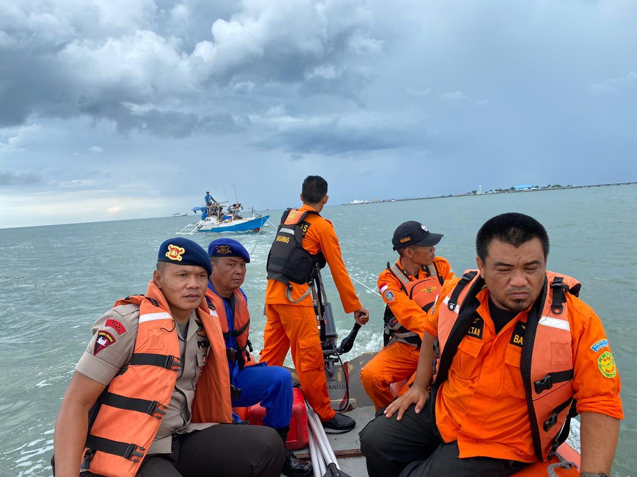 Tim SAR Yon C Pelopor Brimob Bersama Basarnas dan Polair Berhasil Selamatkan Kapal Nelayan di Tengah Laut