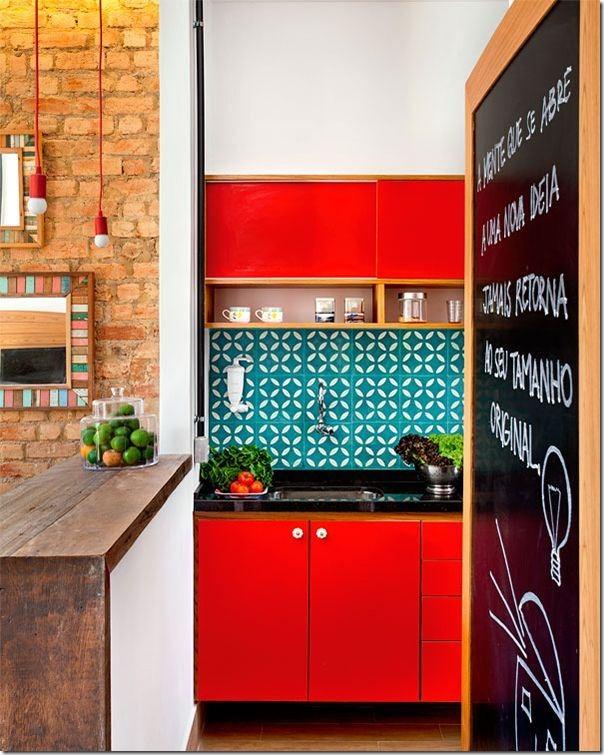 cozinha com armários vermelhos azulejos turquesa