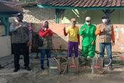 Bripka Agus Lakukan Penyemprotan Disimpektan di Wilayah Desa Binaannya
