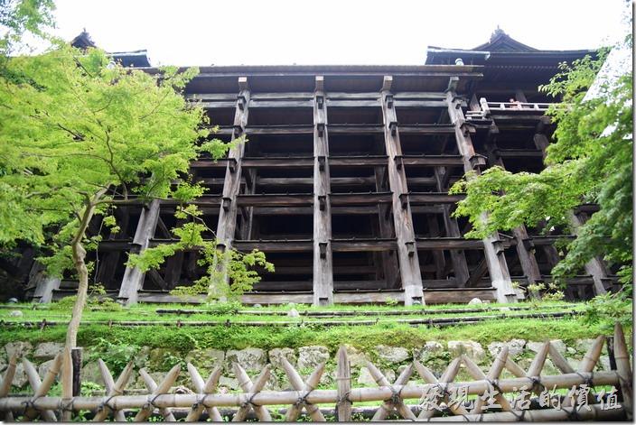 這個木造的井字型木頭建築就是清水寺本堂前的大舞台的支架,你可以想見站在大舞台上就是由這些木頭所支撐起來的。