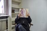 Une patiente de l'hôpital avec son portrait