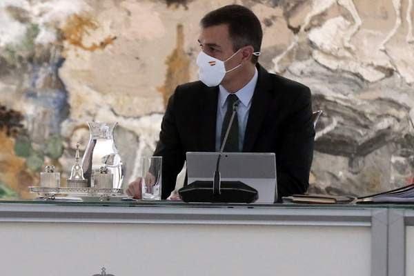 Pedro Sánchez llega a Argelia junto a empresarios en busca de inversiones.