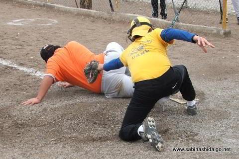 Jorge Martínez de Yankees anotando en el softbol del Club Sertoma