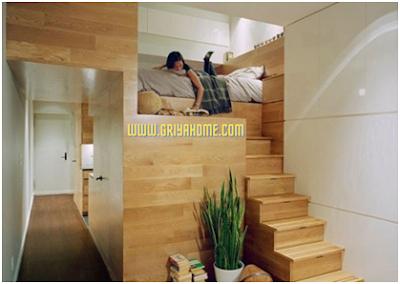 Kamar tidur dengan ranjang terletak di atas.