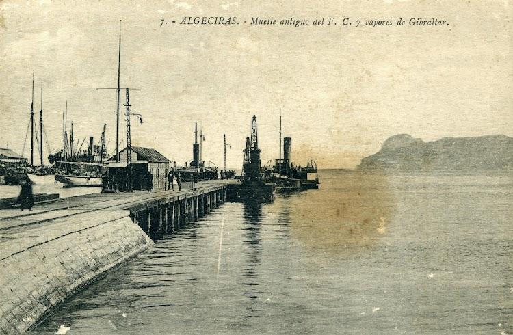 El ELVIRAo el MARGARITA atracados en el muelle de madera. Decada de 1910. Postal.JPG