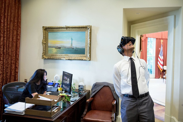 Cô thư ký lướt xem trên mạng có gì mua được không nhân lúc Tổng thống dùng kính thực tại ảo.