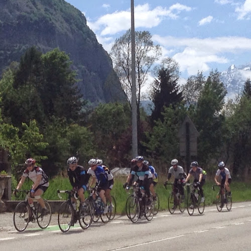 cyclists on the way down Alpe D'Huez