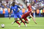 A francia Moussa Sissoko (b) és a portugál Adrien Silva  a franciaországi labdarúgó Európa-bajnokság döntőében vívott Franciaország - Portugália mérkőzésen, Saint-Denis, 2016. július 10-én. (MTI Fotó: Illyés Tibor)