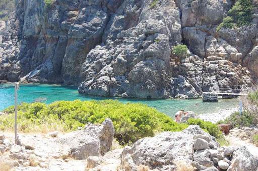 Arrivée à la plage de Lissos (Λισσός) pour une sieste aquatique. En haut de l'image, le niveau de l'eau avant le tremblement de terre