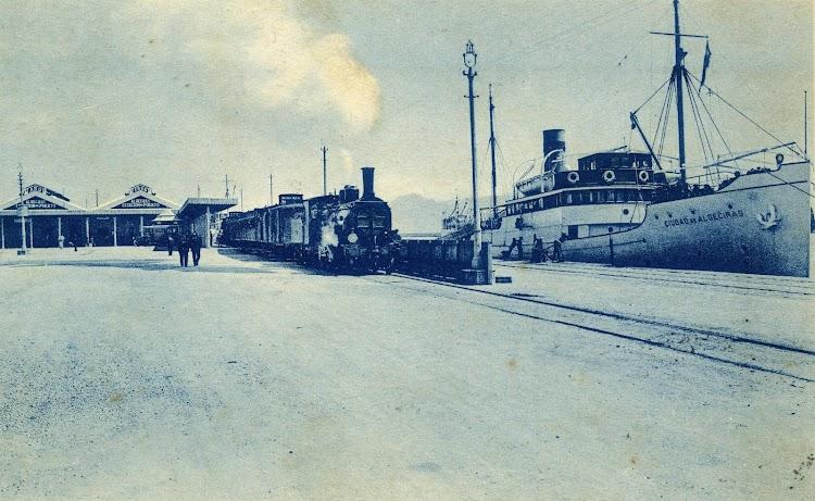 Años treinta. La terminal de ferrocarril ya en el muelle de Galera. El correo de Trasmediterranea CIUDAD DE ALGECIRAS atracado a la estación..JPG