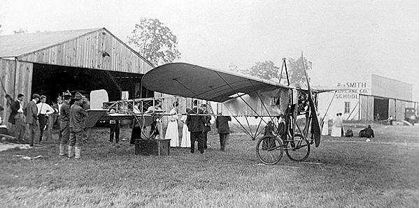 격납고 앞 Bleroit 비행기 (1912년)