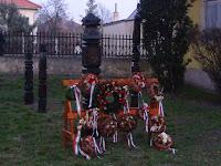 Tornalja, Zoltán-kert (22)_A megkoszorúzott Kossuth oszlop.JPG