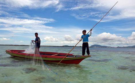 Salah satu bentuk penangkapan ikan di laut