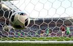 Az első magyar gól a hálóban, középen Rui Patríció, a portugál kapus a franciaországi labdarúgó Európa-bajnokság Magyarország - Portugália mérkőzésen,  Lyon, 2016. június 22-én. A találkozó 3-3-as döntetlennel ért véget. (MTI Fotó: Illyés Tibor)
