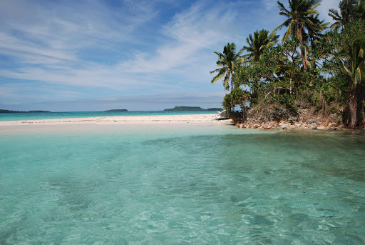 Tonga-island-shallows.jpg - Explore the pristine, uncrowded islands of Tonga on your next cruise to the South Pacific.
